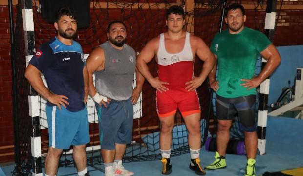Rıza Kayaalp, 4 güreşçiyle şampiyonaya hazırlanıyor