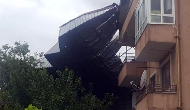Sapanca'da fırtına çatı uçurdu, ağaçları devirdi