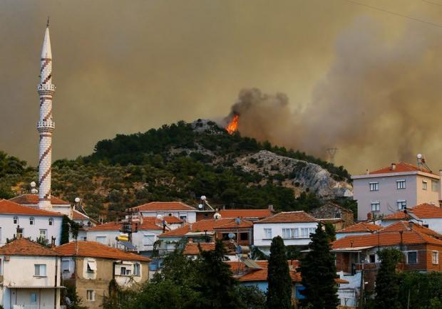 İzmir'deki orman yangını yerleşim yerlerini yerlerini tehdit ediyordu.