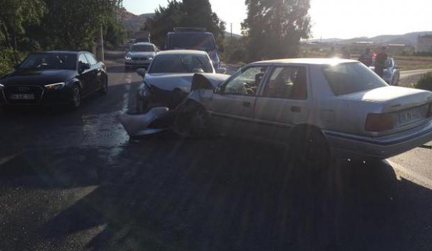 İzmir'de iki otomobil çarpıştı: 4'ü çocuk 8 yaralı