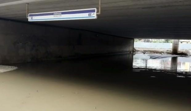 Metrobüs alt geçidini su bastı