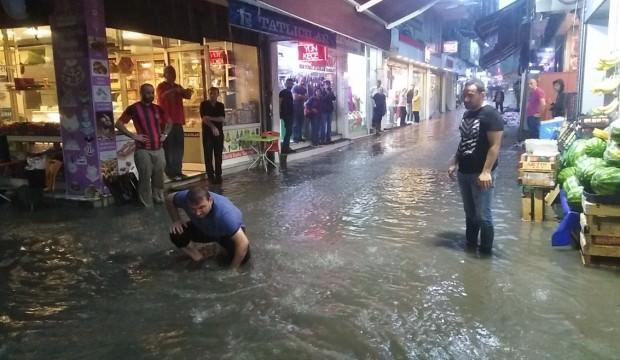 Sağanak yağış işyerlerini sular altında bıraktı