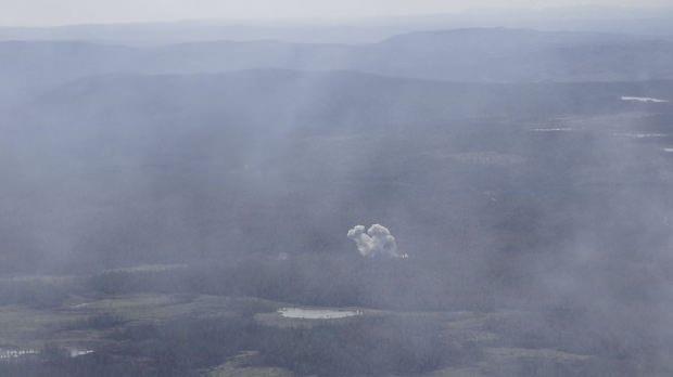 Orman yangınının sürdüğü bölgede bomba patlatılan alan.