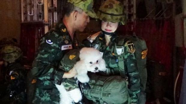 Kral Maha Vajiralongkorn ve 'resmi sevgilisi' Sineenat Wongvajirapakdi...