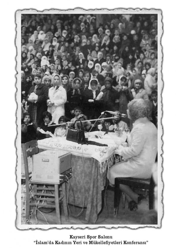 Şule Yüksel Şenler Kayseri'deki bir konferansta.