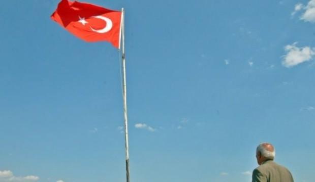 35 yıldır tüm zorluklara rağmen bayrağı dalgalandırıyor