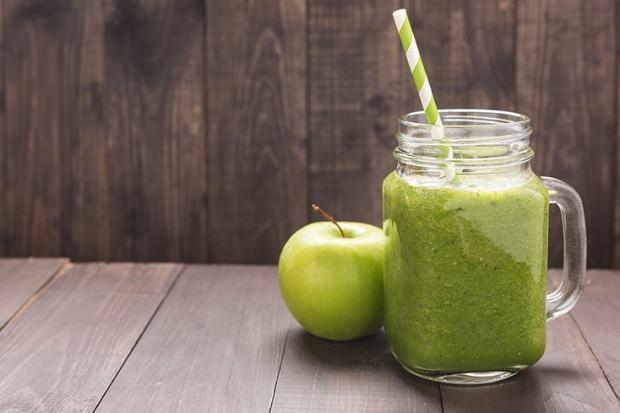 yeşil elma ve salatalık karışımı