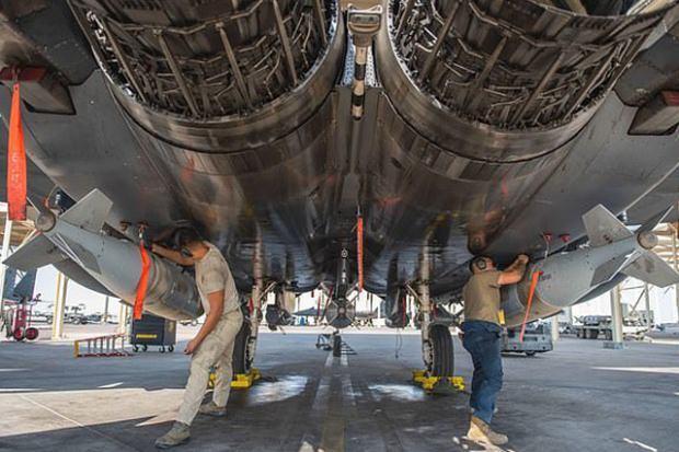 Lazer güdümlü JDAM bombaları F-15 savaş uçağının altına yerleştirilirken