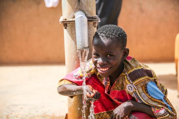Temiz suya kavuşan çocuk, Burkina Faso