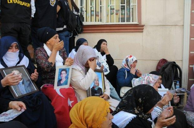 Çocuklarının dağa kaçırılmasında HDP'nin aracı olduğunu iddia ederek, partinin il binası önünde oturma eylemi yapan Diyarbakır anneleri, Kulp ilçesi kırsalında PKK'lı teröristlerce düzenlenen, 7 kişinin şehit olduğu, 10 kişinin yaralandığı saldırıyı lanetledi.