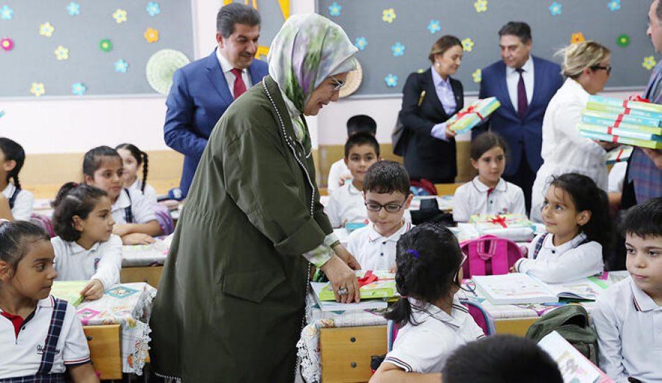 Emine Erdoğan öğrencilere atıktan defter dağıttı!