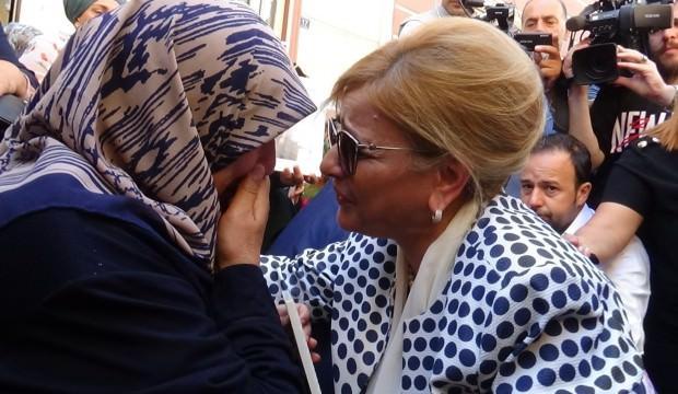 HDP binası önünde aileleri ziyaret etti, gözyaşlarını tutamadı