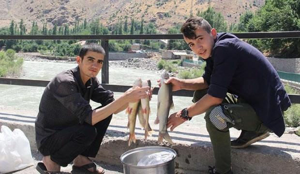 Zap'ta tuttukları balıkları satarak, harçlıklarını çıkarıyorlar