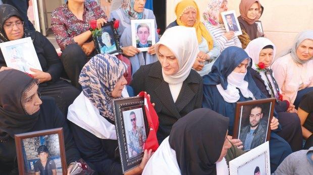 KADEM, Diyarbakır'da nöbet tutan anneleri ziyaret etti.