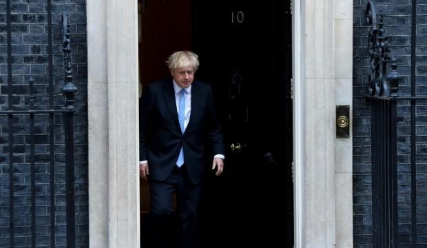 Peçe takan kadınları 'posta kutusuna' benzeten Johnson özür diledi