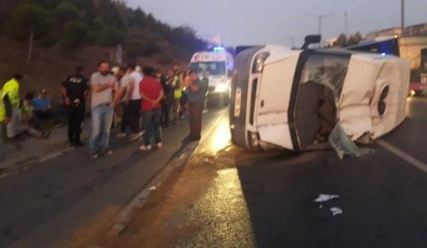 TEM Otoyolu'nda servis minibüsü devrildi: Yaralılar var