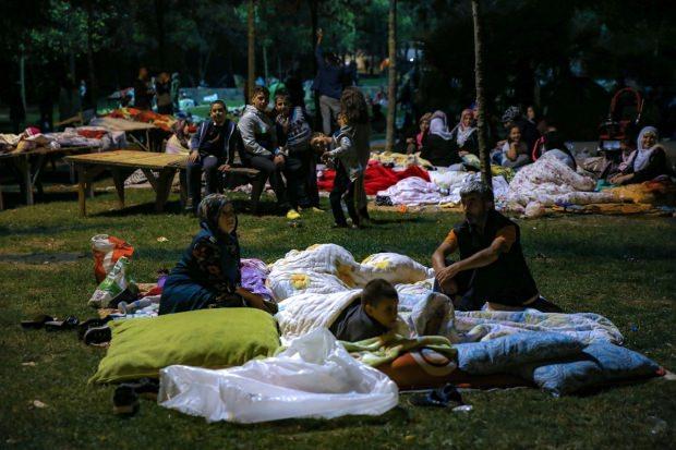 İstanbul'da vatandaşlar geceyi parklarda geçirdi.
