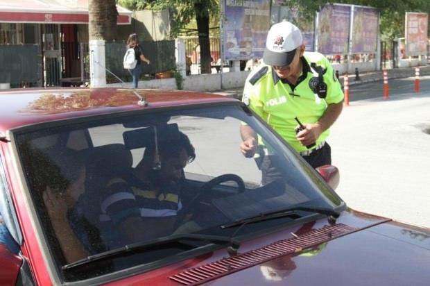 Milas İlçe Emniyet Müdürlüğü Trafik Tescil Büro Amirliği ekiplerince Milas'ta ilk kez araç sürücülerine yönelik sigara denetimi yapıldı.