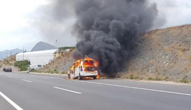 Çocuğunu hastaneye götürüyordu, aracı yandı