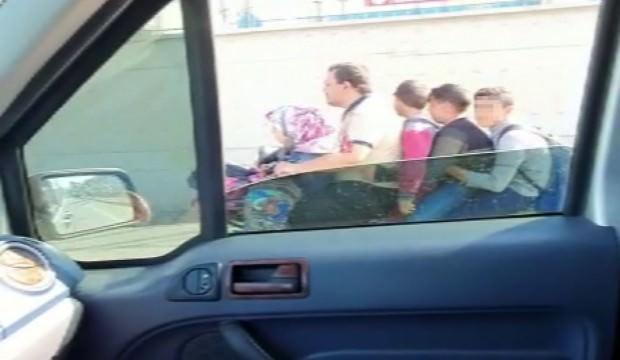 Akılalmaz görüntü! Çocuklarını okula böyle götürdü