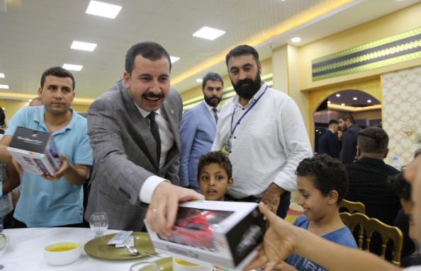 Başkan Baydilli, yetim çocuklar için getirdiği oyuncakları dağıttı.