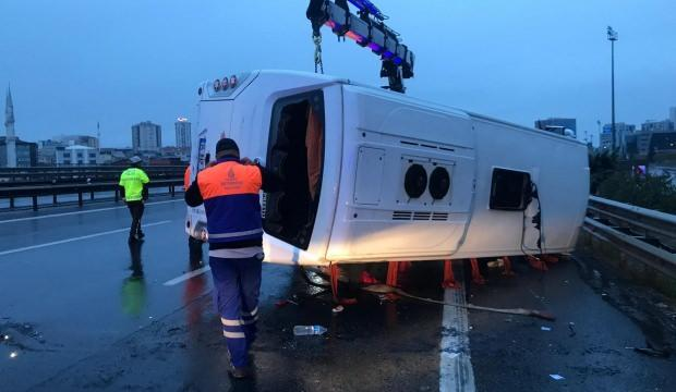 TEM'de servis midibüsü devrildi: Çok sayıda yaralı var