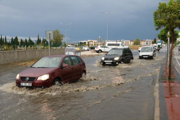 Şiddetli dolu ve sağanak yağış nedeniyle Tekirdağ'ın Malkara ilçesi girişinde, İstanbul'dan Çanakkale yönüne trafik felç oldu.