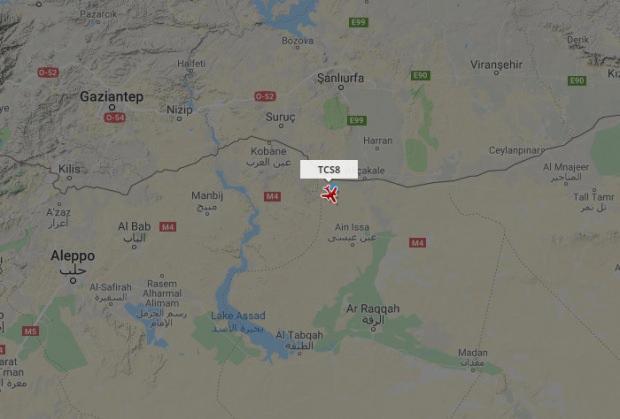 TCS8 uçuş koduna sahip İHA, Suriye sınırı ile Rakka arasında mekik dokudu. Hava trafik radarına bir kısa süre yakalanan İHA'nın hareketliliği böyle görüntülendi.