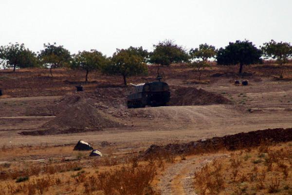 Zırhlı birlikler sınırda harekatın başlamasını bekliyor