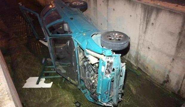 Aday sürücünün kullandığı otomobil dere kanalına düştü
