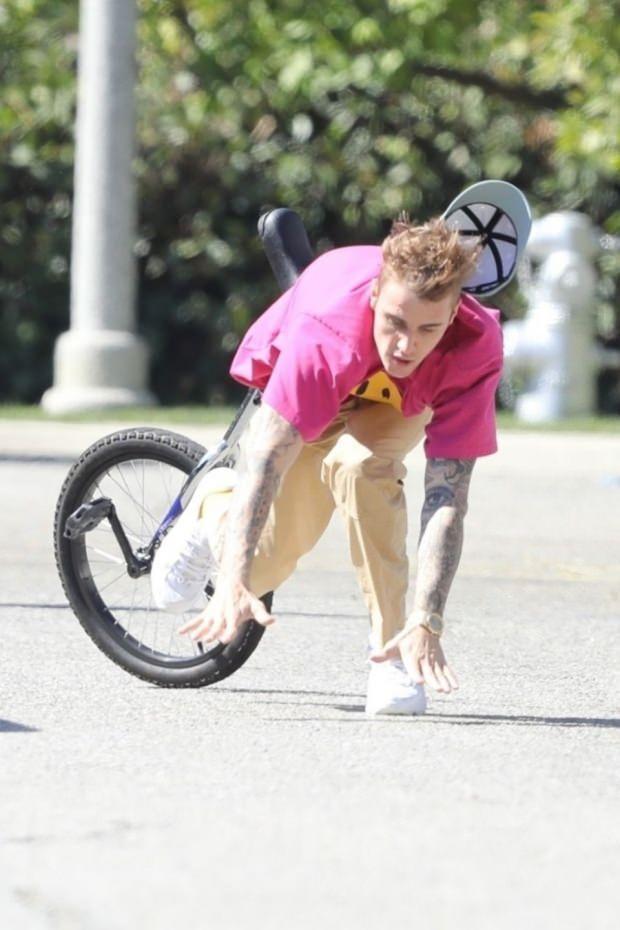 Justin Bieber bisikletten düştü