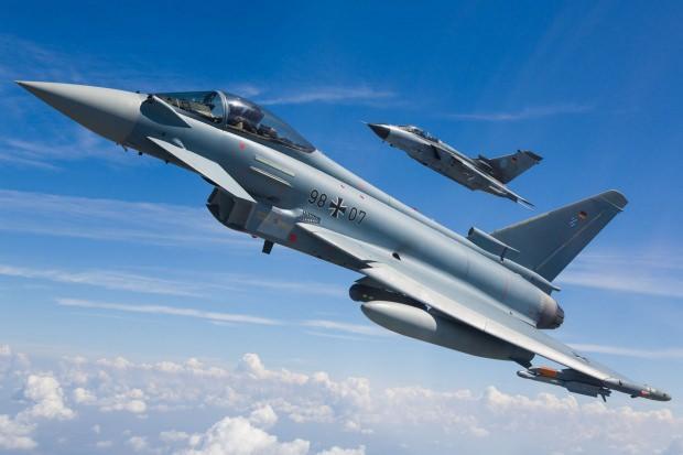 Önde Eurofighter arkada Tornado savaş uçağı...