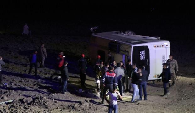 Askerleri taşıyan midibüs devrildi: Çok sayıda yaralı var