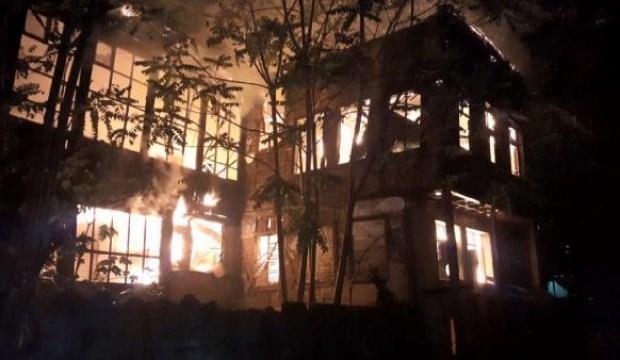 Bursa'da 2 metruk bina yandı