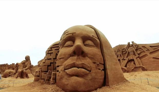 Kumdan heykelleri görenler şaşkınlığını gizleyemedi