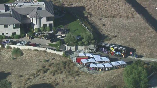 Chris Brown evinin bahçesinde eşyalarını sattı