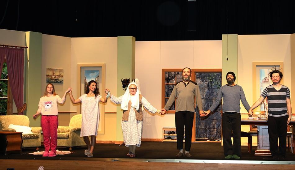 ''Aile Sandığı'' oyununun galasına ünlüler akını! Komedyen Şafak Sezer tiyatronun...