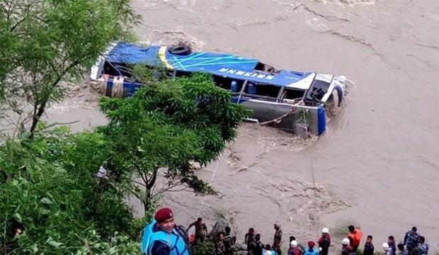 Festivalden dönenleri taşıyan otobüs nehre düştü: 17 ölü, 50 yaralı