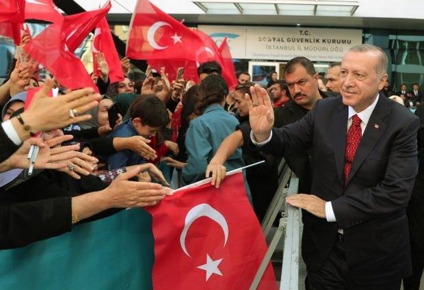 Cumhurbaşkanı Erdoğan, açılış öncesi vatandaşlarla ilgilendi