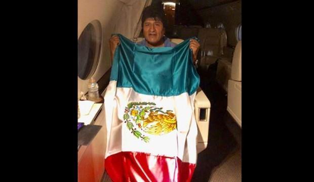 Morales, Meksika'ya sığındı ve uçakta bu pozu verdi...