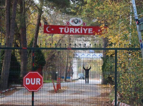 DEAŞ'lı terörist akşam saatlerinde Yunanistan'a giriş yapmak için ikinci kez Kastanies Sınır Kapısı'na gitti. Yunanlı görevliler ise bu kez teröristin pasaportuna 'ülkeye giremez damgası' vurdu. Ardından da yeniden geri gönderdi.