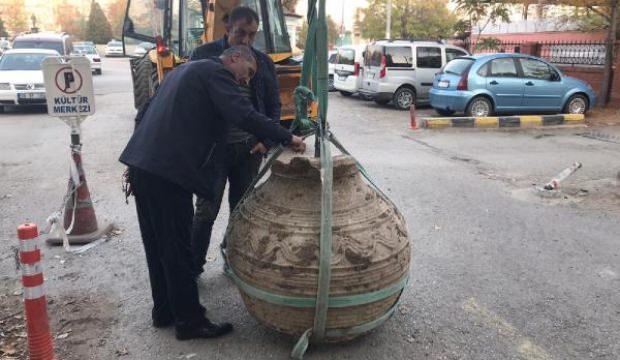 Tarlasını sürerken, bin yıllık pitos buldu