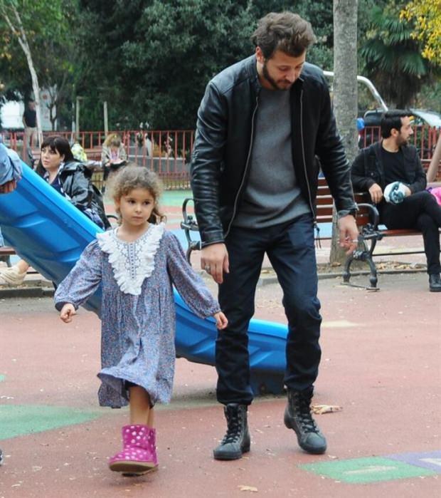 Ümit Kantarcılar kızıyla sek sek oynadı