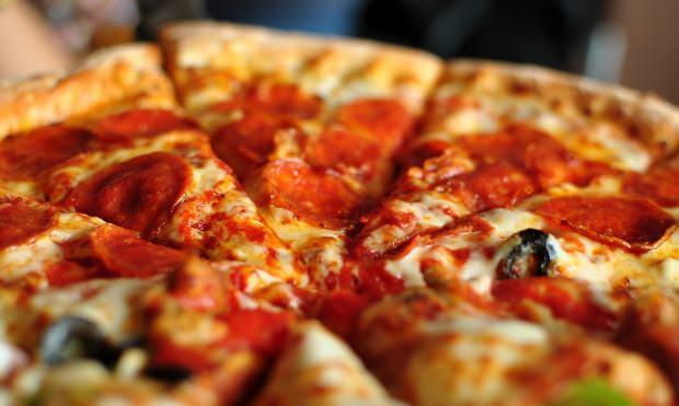 en kolay sucuklu pizza