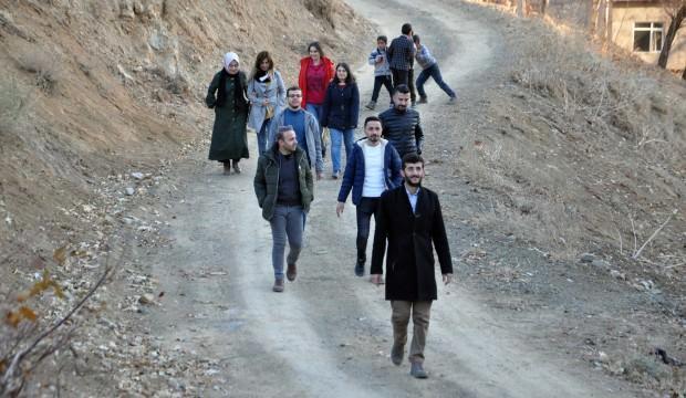 Öğretmenler 15 km yürüyerek velileri ziyaret ediyor