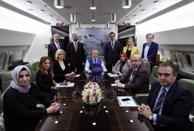 Son dakika ! Erdoğan'ın Katar dönüşü gazetecilere konuştuğu anlardan bir kare