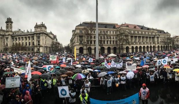 Macaristan'da öğretmenlerden protesto gösterisi