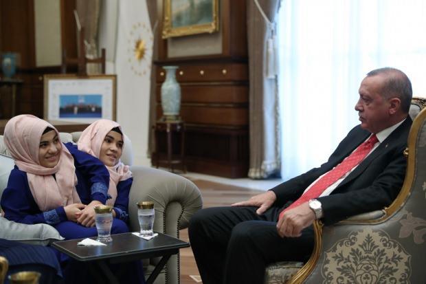 Cumhurbaşkanı Erdoğan, siyam ikizi kardeşlerle görüşmüştü.