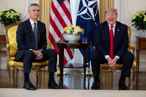 NATO Genel Sekreteri Jens Stoltenberg ve ABD Başkanı Donald Trump'ın Londra'daki görüşmesinden bir kare....
