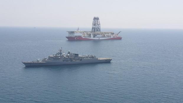 Türk savaş gemisi eşliğinde arama çalışması yapan Yavuz Sondaj Gemisi